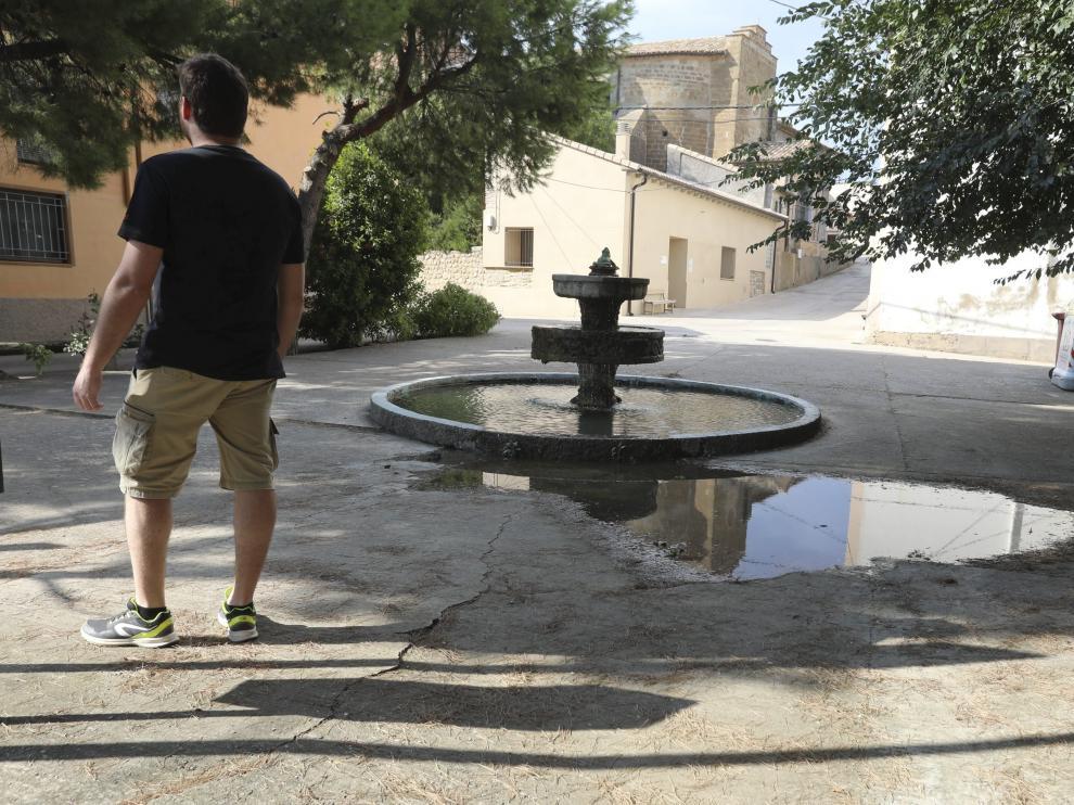 El presidente de la Asociación de Vecinos, Rubén Tejada, junto a la fuente próxima al parque infantil.