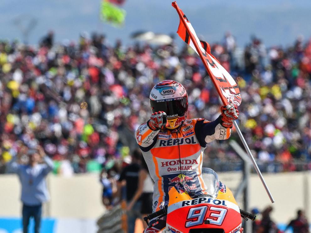 Marc Márquez celebra la victoria el año pasado en el circuito de Motorland.