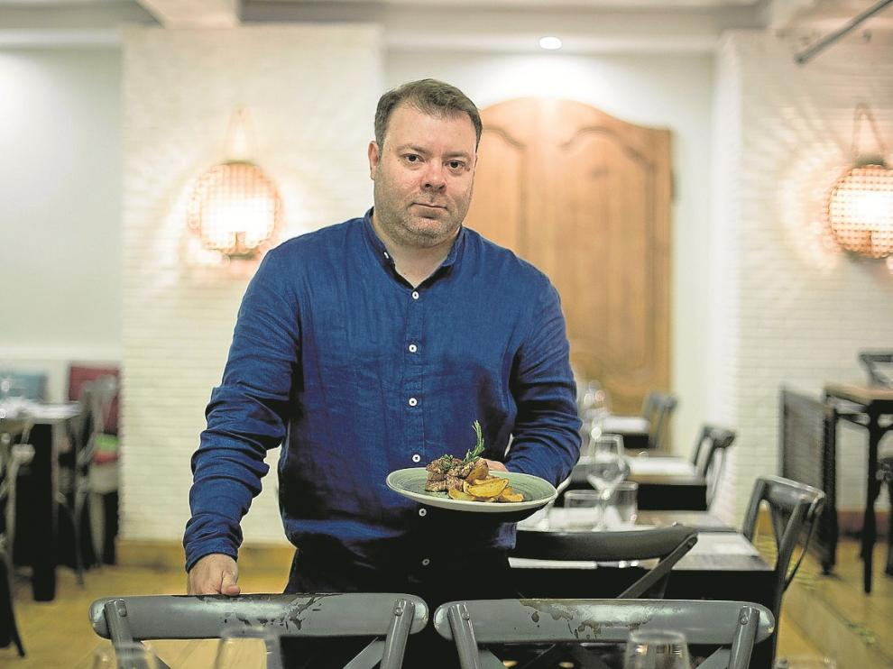 José Domingo, jefe de sala de Marengo, con uno de los platos de la renovada carta.