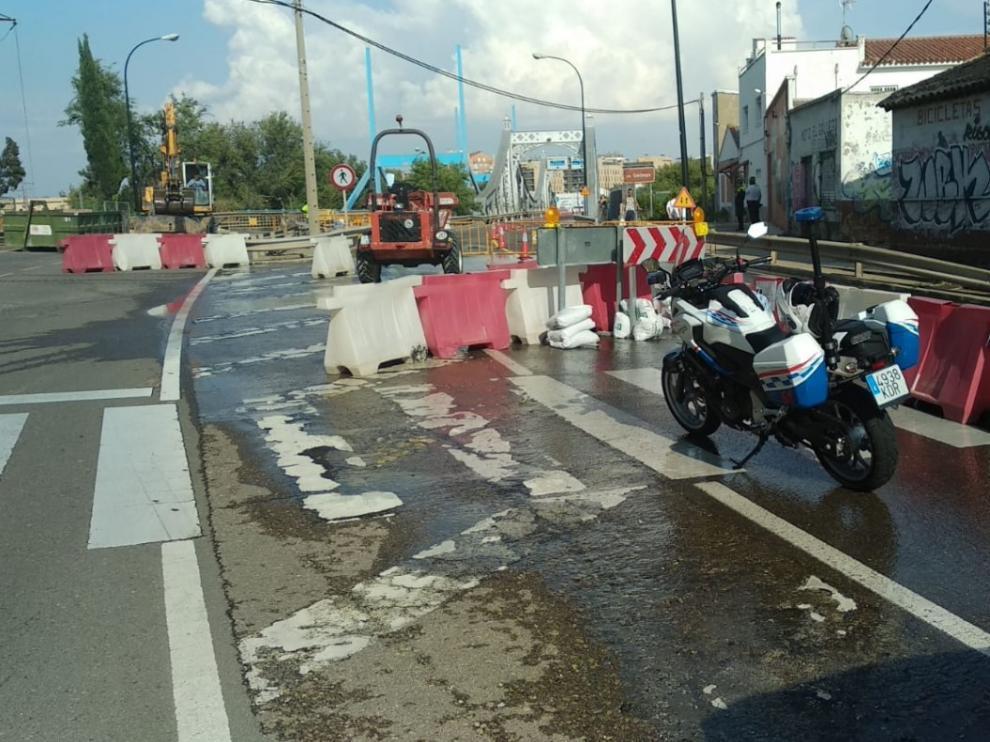 El reventón de la tubería ha obligado a cortar el tráfico en ambas direcciones.