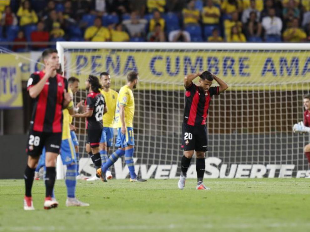 Un momento del partido Las Palmas-Reus de la 1ª jornada. Gustavo Ledes (20), al fondo Mario Ortiz (23) y el joven del filial Pereira (28) se lamentan de una ocasión perdida ante la portería canaria.