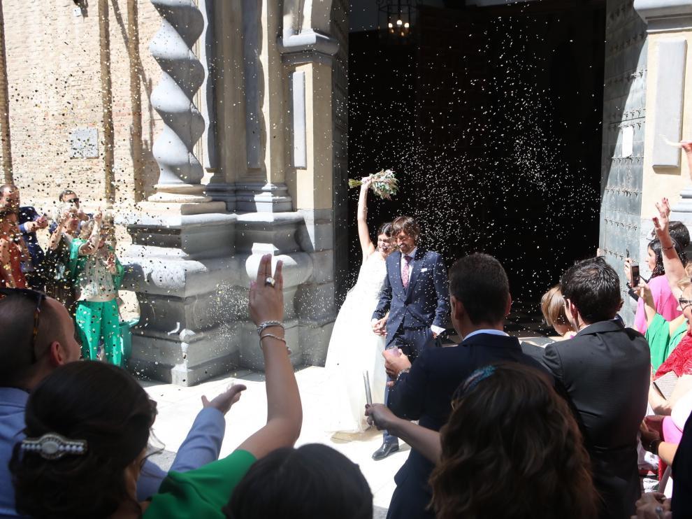Los novios, a la salida de la ceremonia, en la iglesia de San Felipe