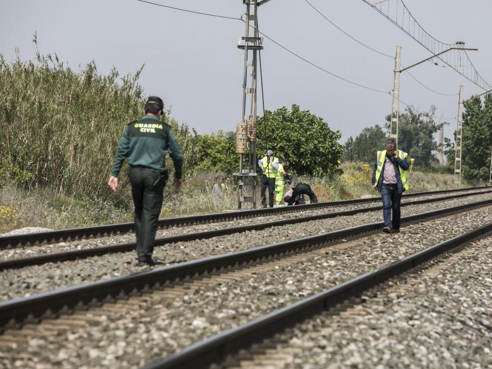 Imagen de archivo de la Guardia Civil investigando el hallazgo de otro cadáver también en las vías del tren a su paso por La Joyosa.