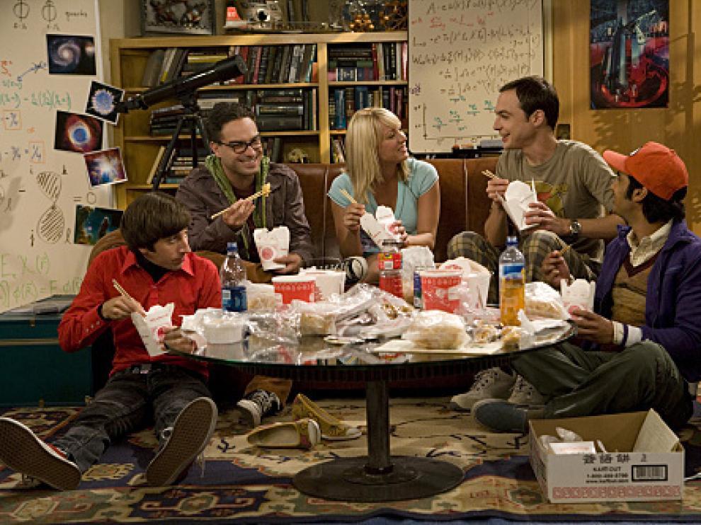 El elenco de 'The Big Bang Theory', con Penny (Kaley Cuoco) en el centro