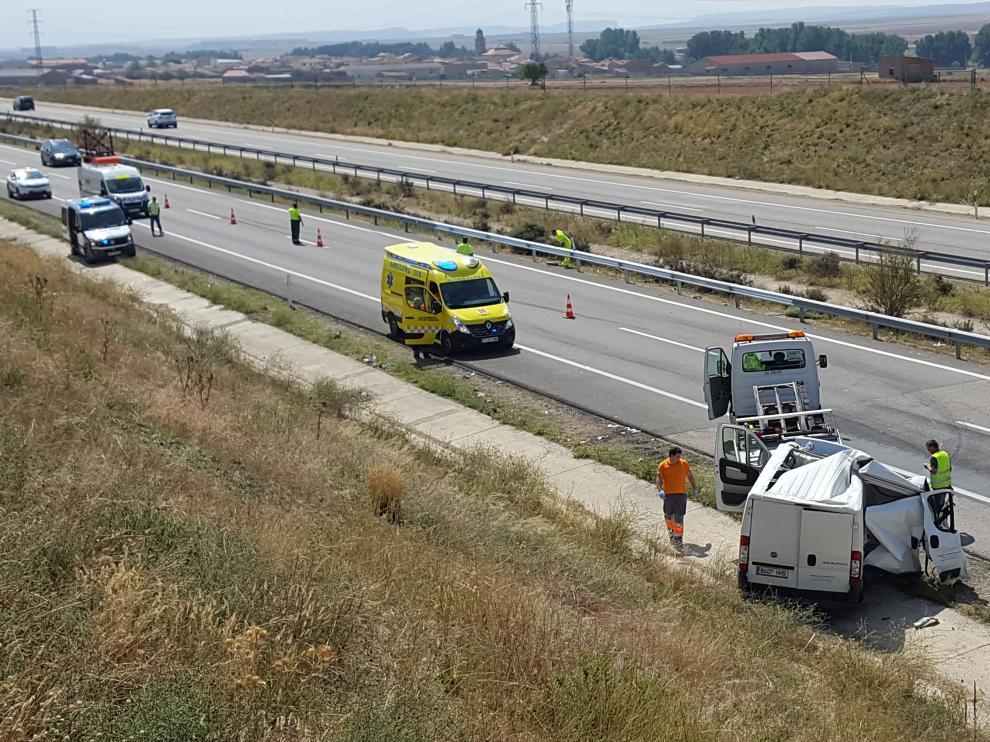 La grúa retira uno de los vehículos accidentados en la A-23 en Teruel.