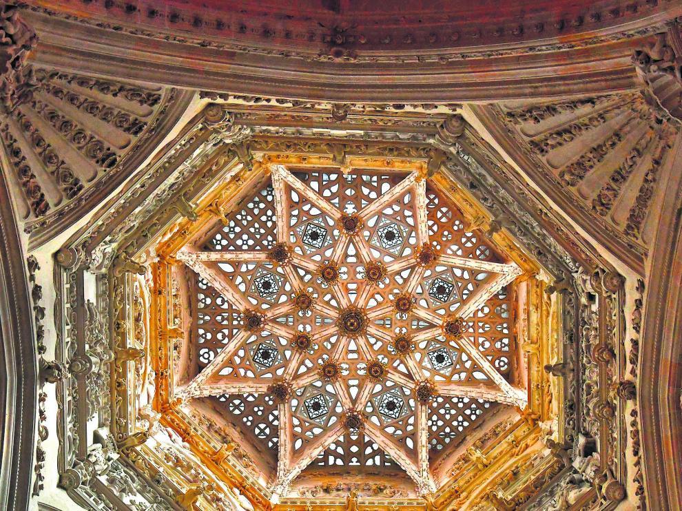 La estrella de ocho puntas que cierra el cimborrio, distribuidor de luz natural.