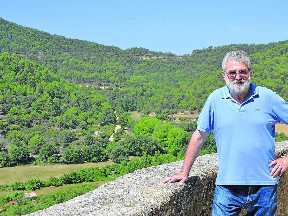 El alcalde, en un rincón de la localidad cincovillesa, rodeado de naturaleza.