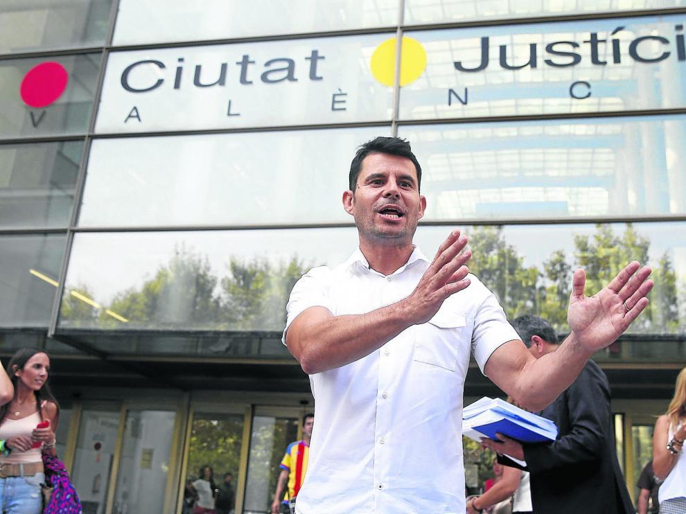 Javier Sánchez, ante los juzgados donde planteó su demanda de paternidad.