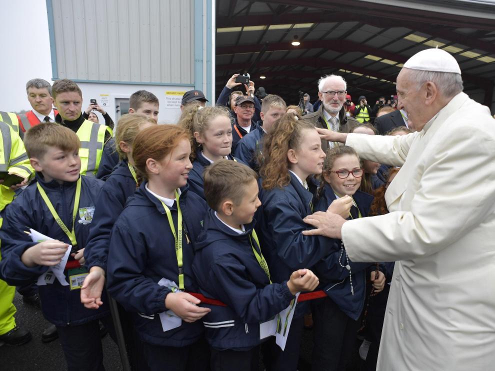 El Papa saluda a unos niños durante su visita a Irlanda.