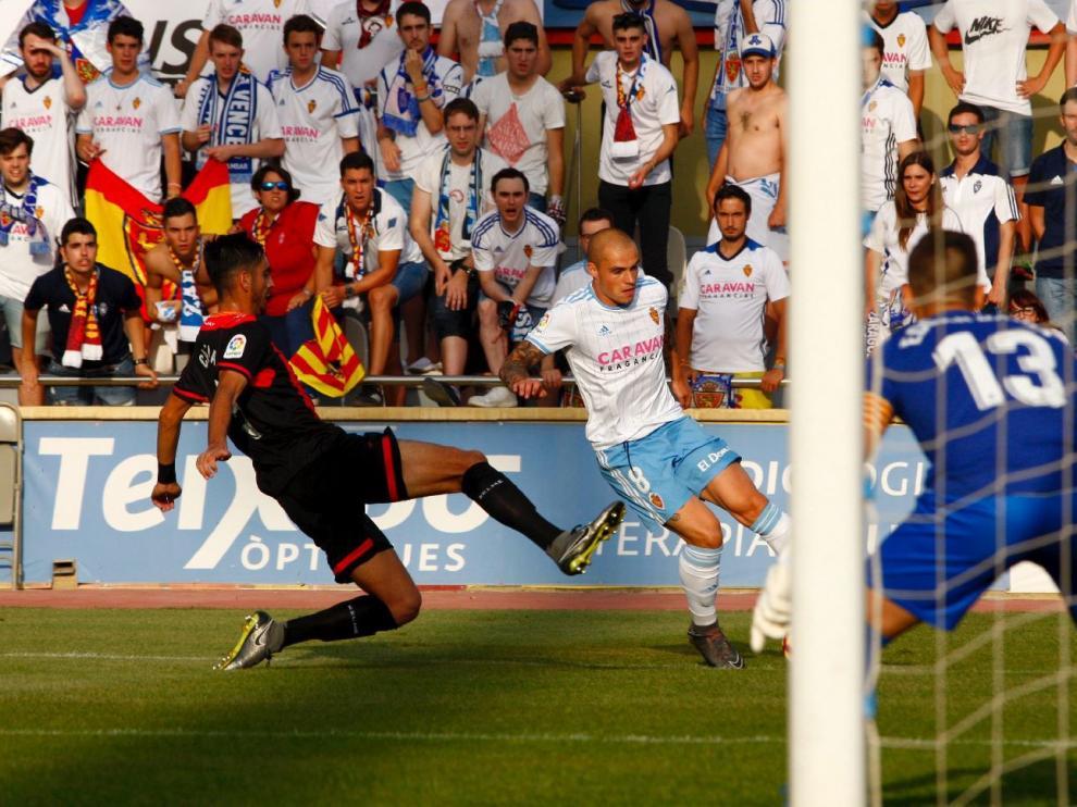 Pombo, en una penetración en el área durante el partido de este sábado en Reus que el Real Zaragoza empató 0-0.