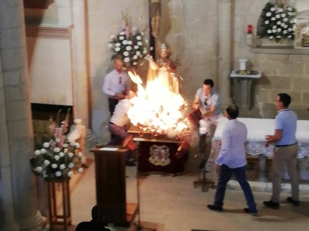 Las personas que se encontraban junto a la peana apagaron el fuego de inmediato.
