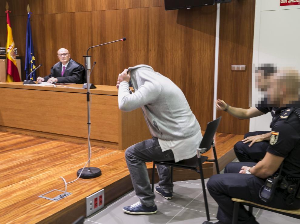 El acusado trató de ocultar su identidad ante los fotógrafos el día que se celebró el juicio en la Audiencia de Zaragoza.