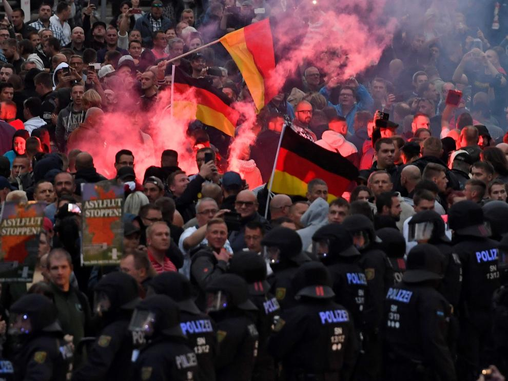 Manifestantes ultraderechistas protestan contra la muerte de un hombre en una pelea en Chemnitz, Alemania.