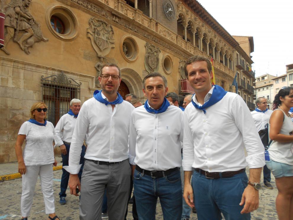 Maroto, Beamonte y Casado delante de la histórica fachada de la casa consistorial turiasonense.