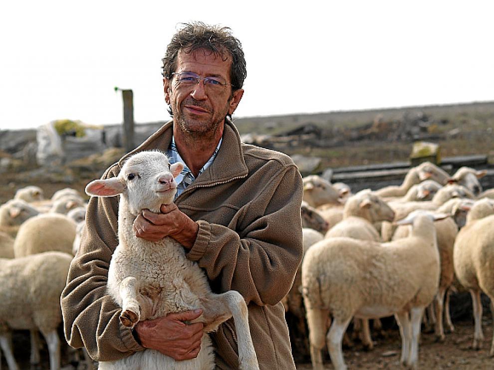 Luis Lax, en su explotación, en una imagen de 2011