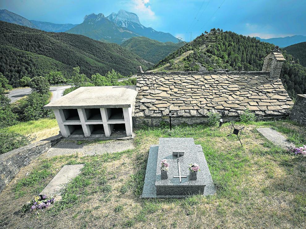 El pequeño cementerio de Cortalaviña sobre el barranco del mismo nombre, en la subida a Tella.