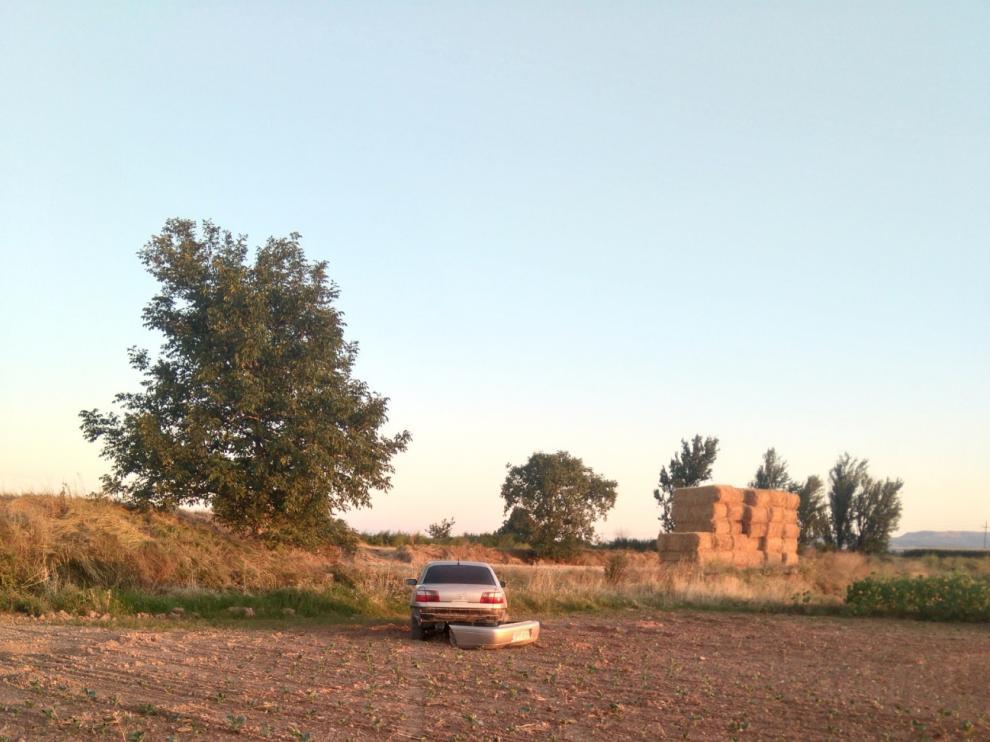 El conductor del vehículo se metió en un campo de cultivo y abandono el coche.