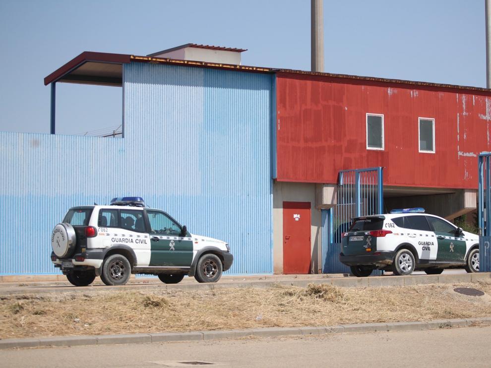 La cárcel de Zuera en la entrada vigilada por la Guardia Civil