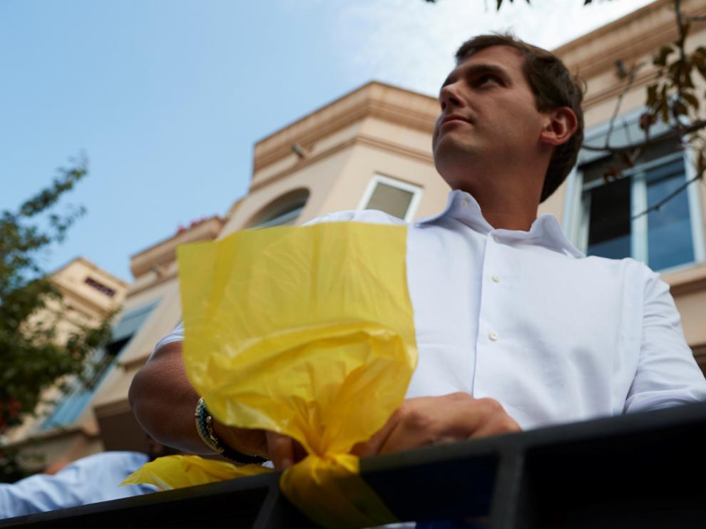Albert Rivera retirando lazos amarillos en Alella.