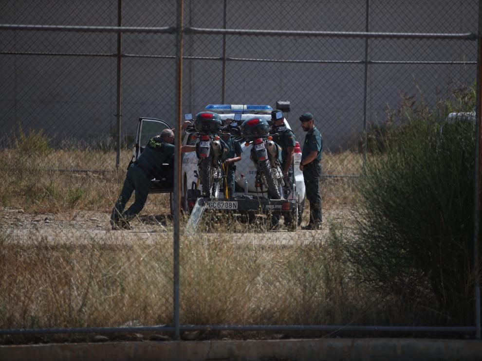 Imagen del miércoles tomada en el exterior de la cárcel de Zuera. La Guardia Civil busca a Benito Ortiz Perea desde hace más de 72 horas.