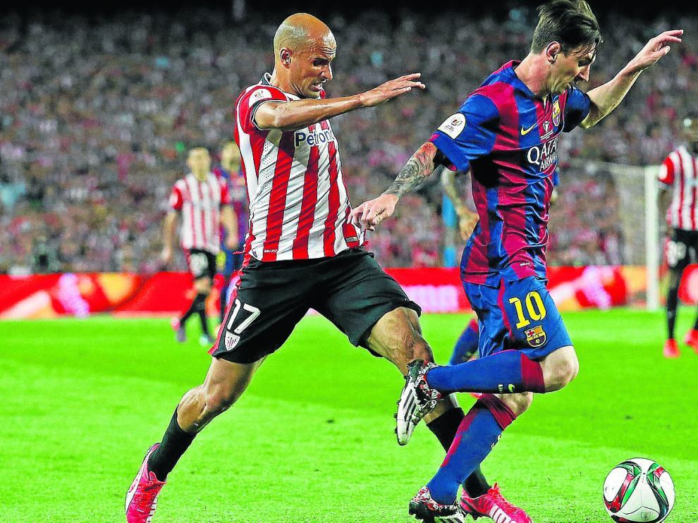 Mikel Rico pelea una pelota con Leo Messi durante la disputa de un Barcelona-Athletic en el Camp Nou.