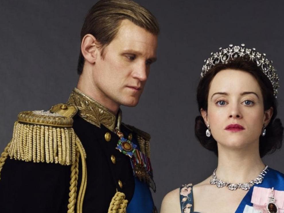 A la izquierda, Matt Smith, esposo de la reina Isabel II del Reino Unido, en las dos primeras temporadas de 'The Crown'.