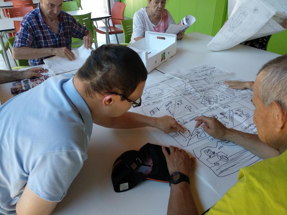 Usuarios de Atades Huesca durante la elaboración del cómic.