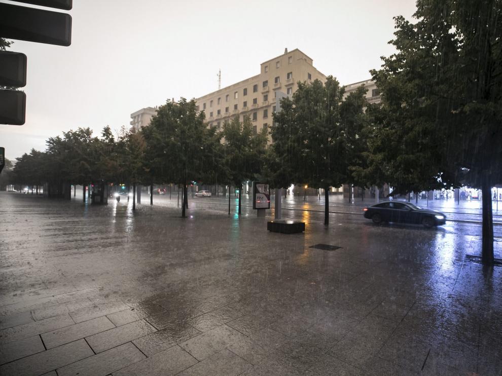 La tormenta obligó a interrumpir el servicio de tranvía en Zaragoza.