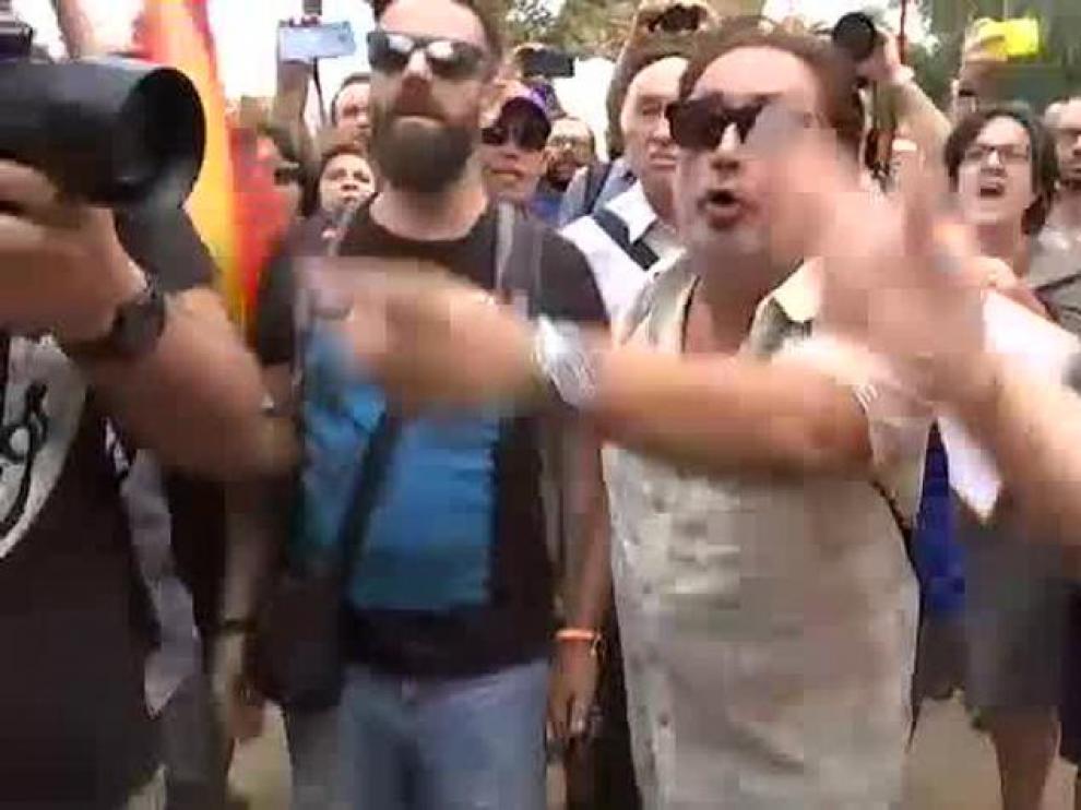 Tensión en la concentración para apoyar a la mujer agredida por quitar lazos amarillos