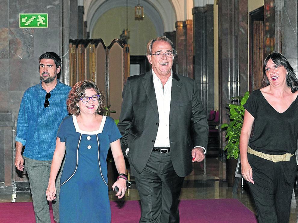 Carlos Pérez Anadón, flanqueado ayer por las concejalas Marta Aparicio y Lola Ranera.