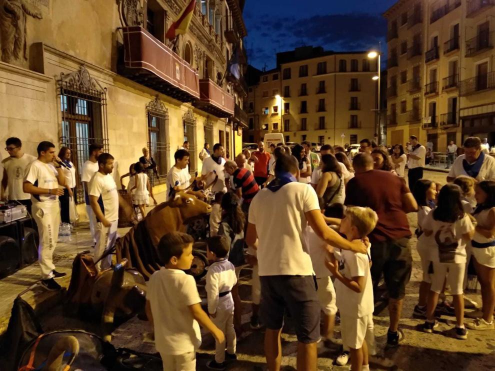 Los encierros infantiles consiguen llenar cada noche la plaza de España.