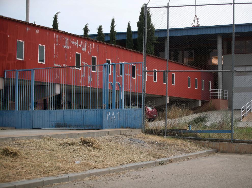 Ortiz Perea saltó esta valla azul (PA-1) para huir de la cárcel de Zuera.
