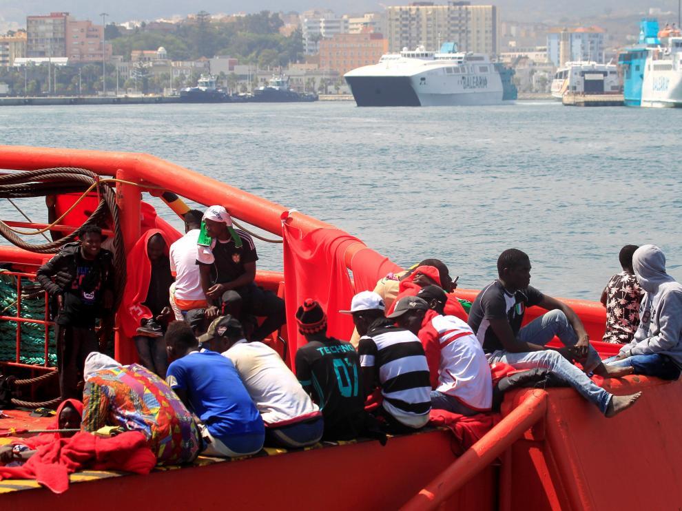 Imagen de archivo de un grupo de personas rescatadas por Salvamento Marítimo en el Estrecho de Gibraltar.