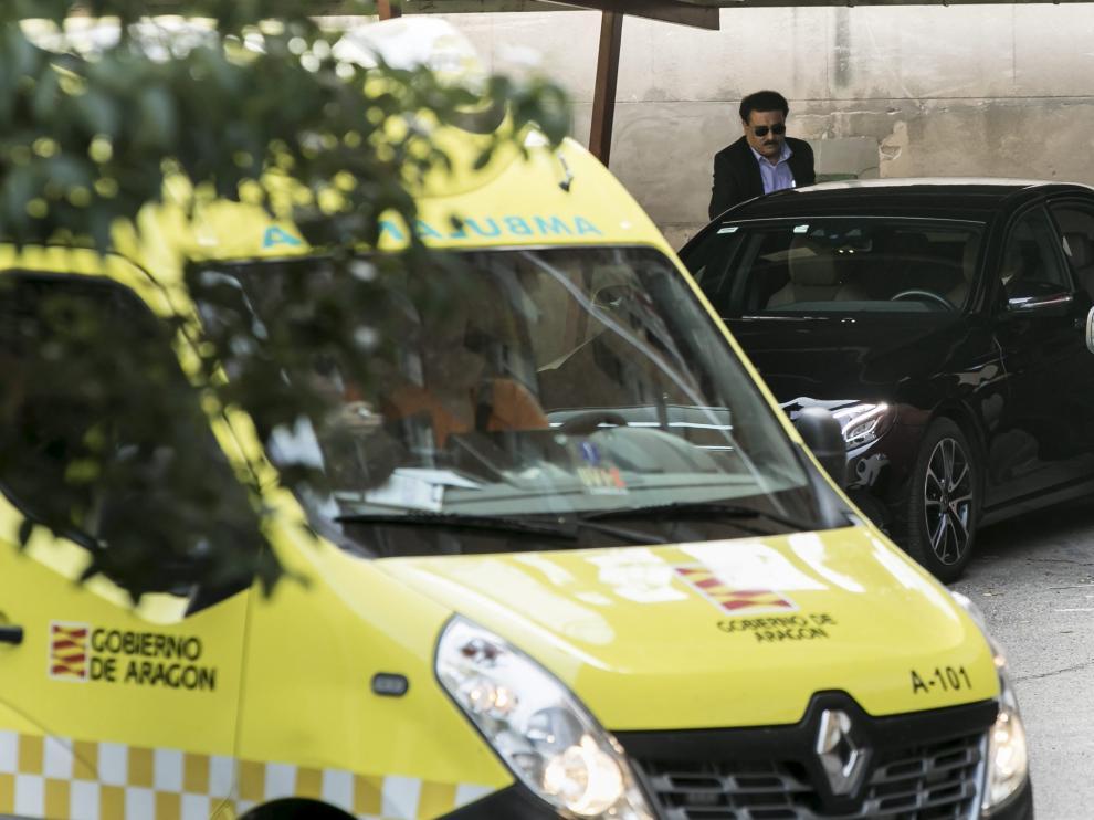 El alto funcionario de la Embajada India,este jueves, se sube a un coche al terminar la reunión celebrada en Zaragoza