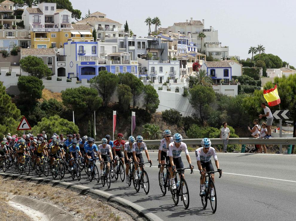 El pelotón, durante la tercera etapa de la Vuelta, entre Mijas y Alhaurín de la Torre (Málaga)