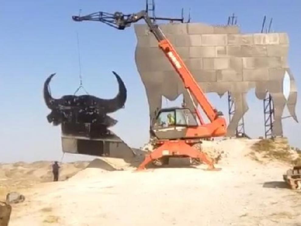 La cabeza del toro de Osborne situado en Alfajarín terminó de colocarse este jueves.