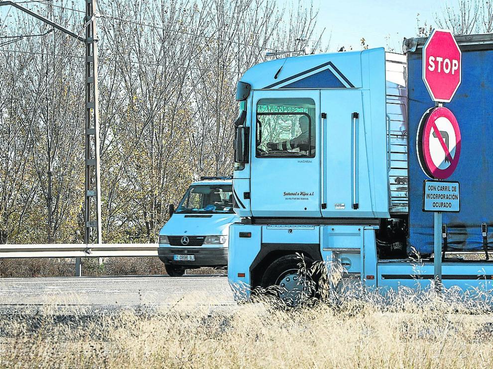 Un vehículo de transporte de mercancías circula por una carretera nacional.