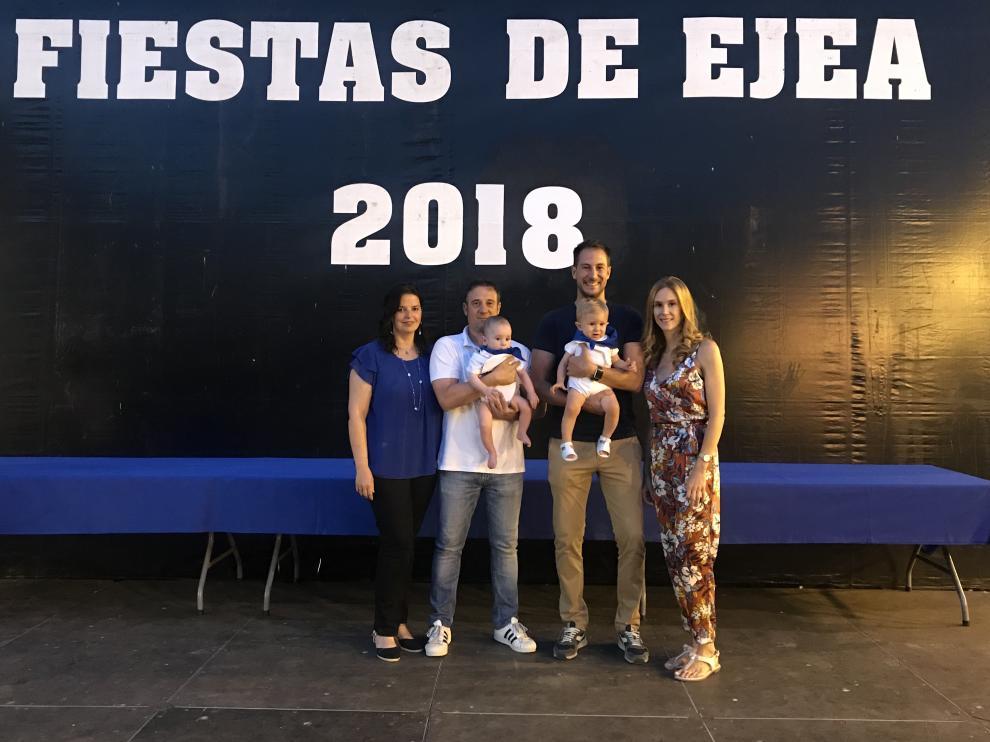 Teresa Olivan y Sergio González con su hijo Lorien y Nacho Pardos y Julia Ungría con su hijo Nacho