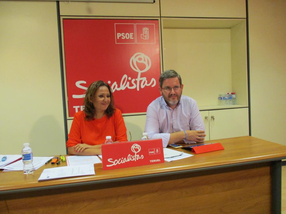 Mayte Pérez, en una rueda de prensa en el partido con el diputado Ignacio Urquizu.
