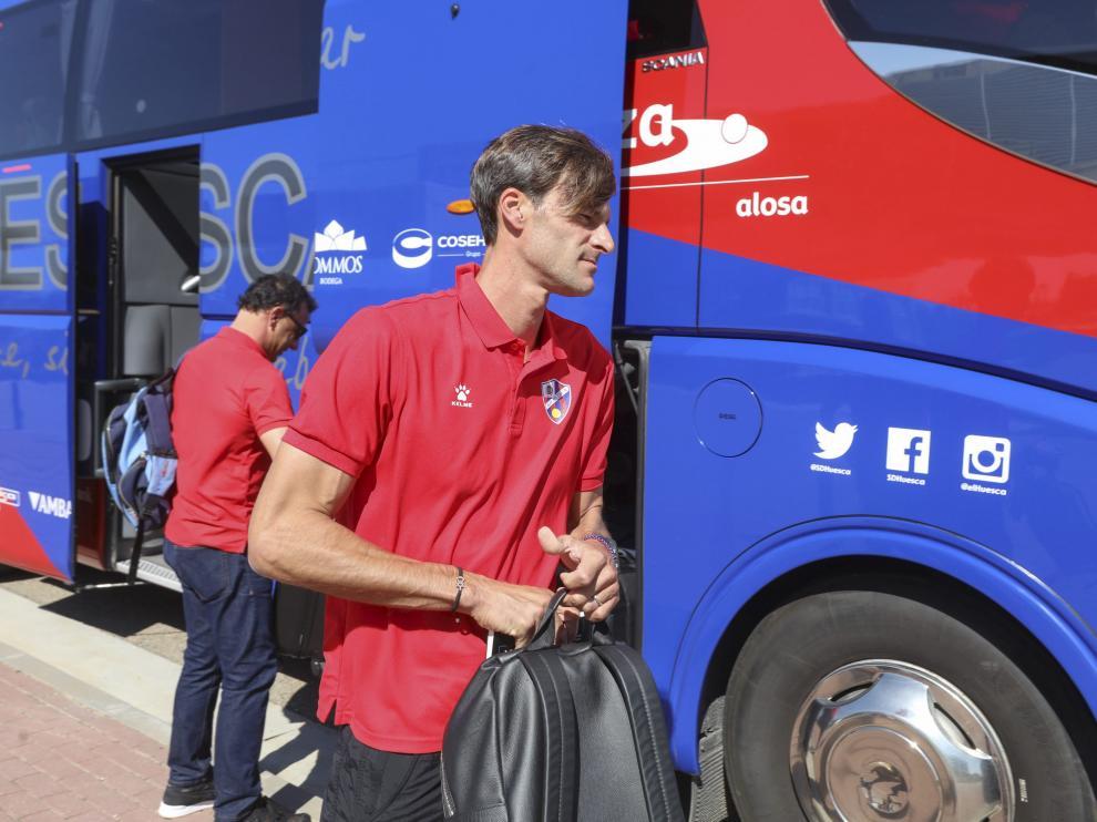 El técnico Leo Franco se dispone a subir al autobús antes del partido para la primera jornada en Eibar.