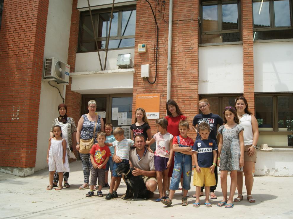 Parte de la comunidad educativa que grabó el vídeo, en el patio del colegio de Foz Calanda.