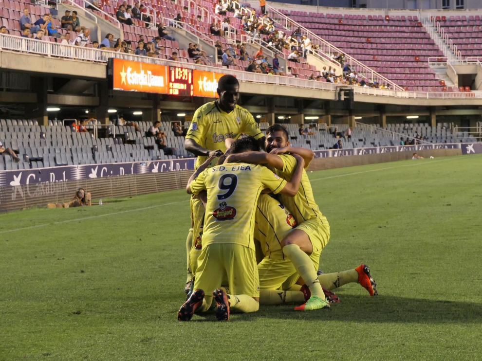 Los jugadores de la SD Ejea celebrando el histórico gol de Catalá en el Mini Estadi.