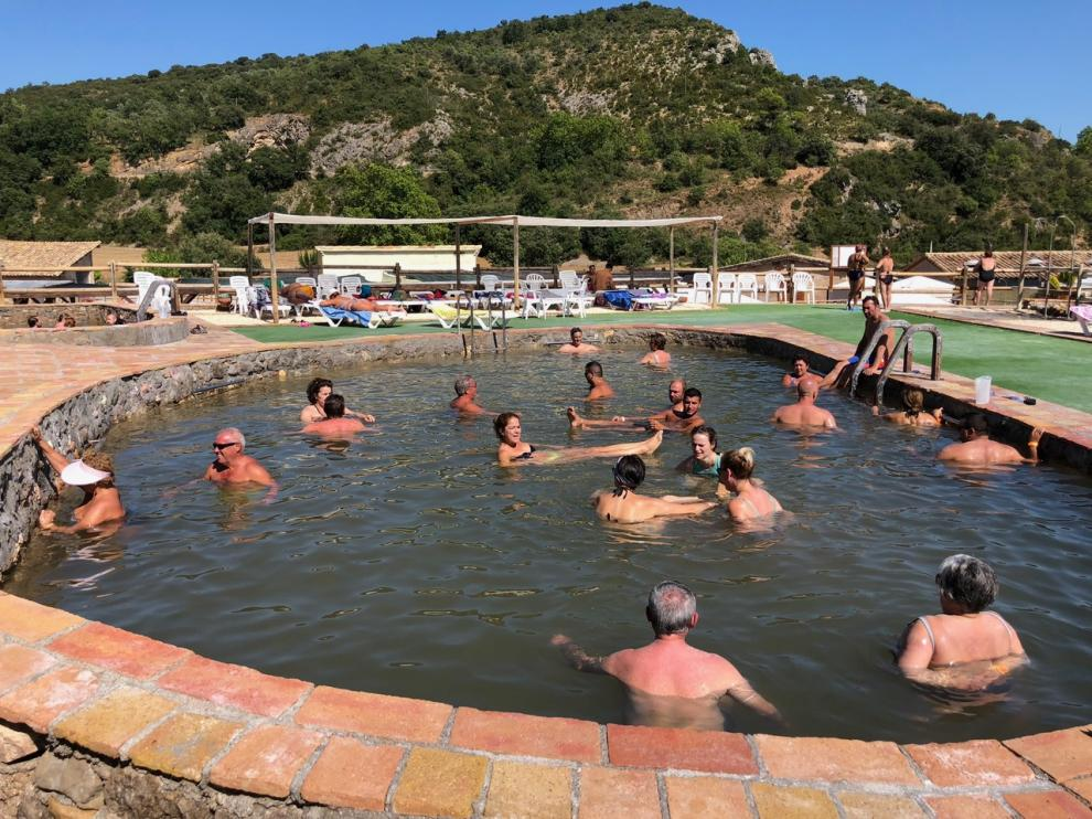 Los bañistas flotan en estas aguas