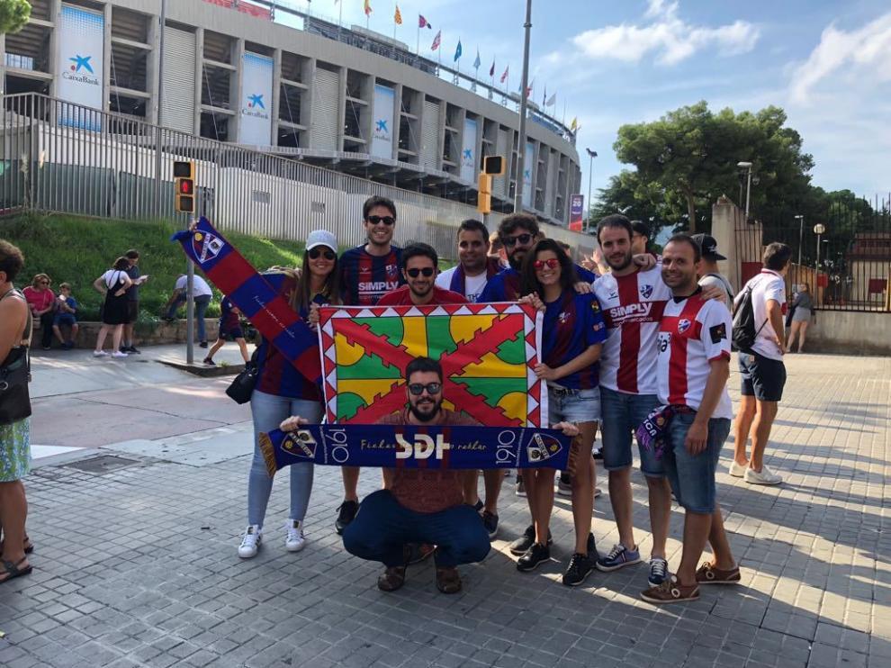 Aficionados del Huesca arropan al equipo en el Camp Nou