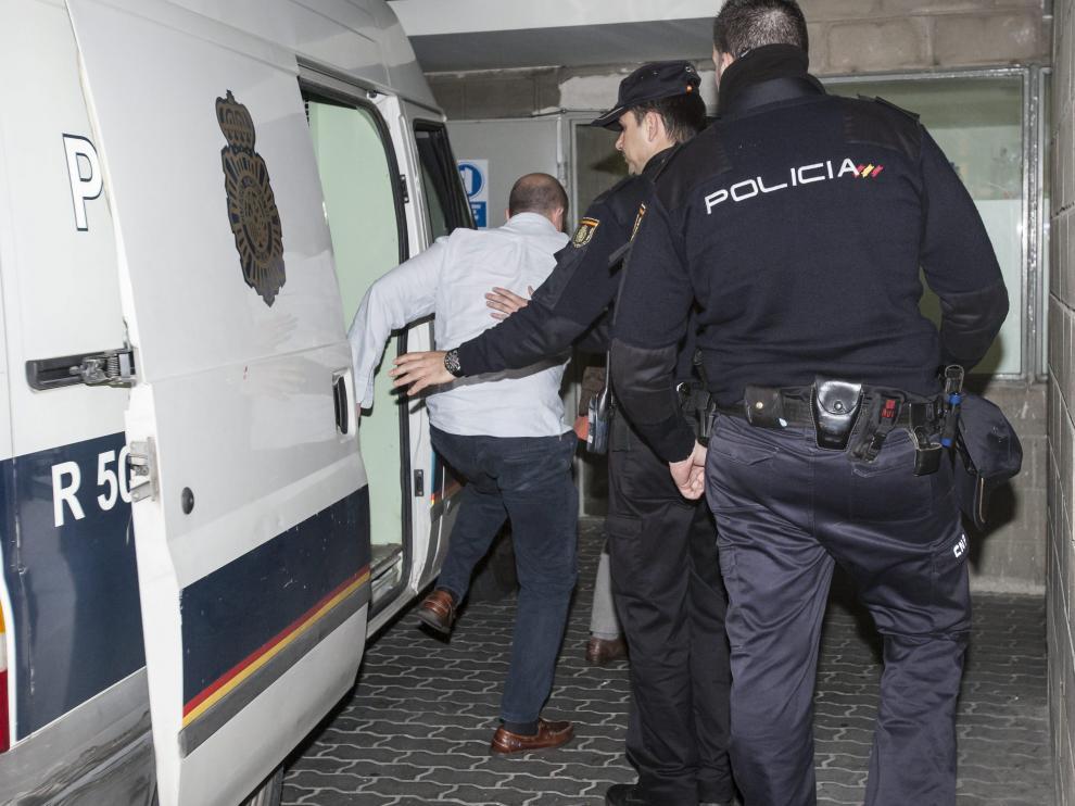 Uno de los detenidos, el 16 de mayo de 2013, durante su traslado al juzgado de guardia.