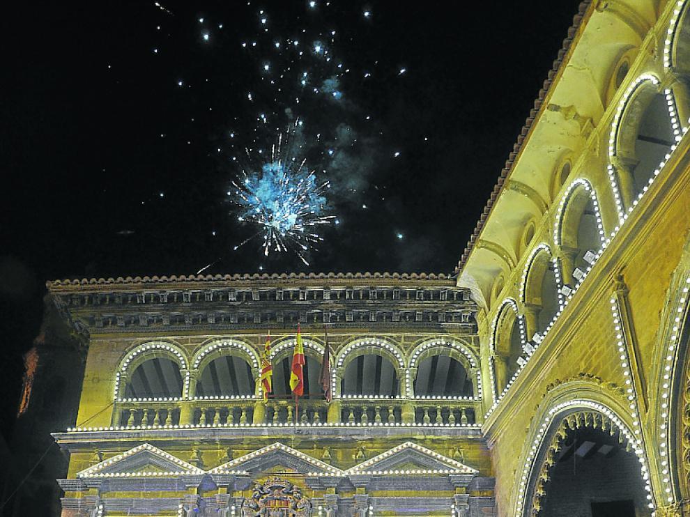 La noche acabó con fuegos artificiales en la plaza de España.