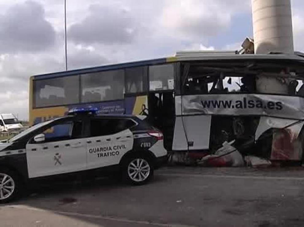 Fallecen cinco personas y 16 resultan heridas en un brutal accidente de autobús en Avilés