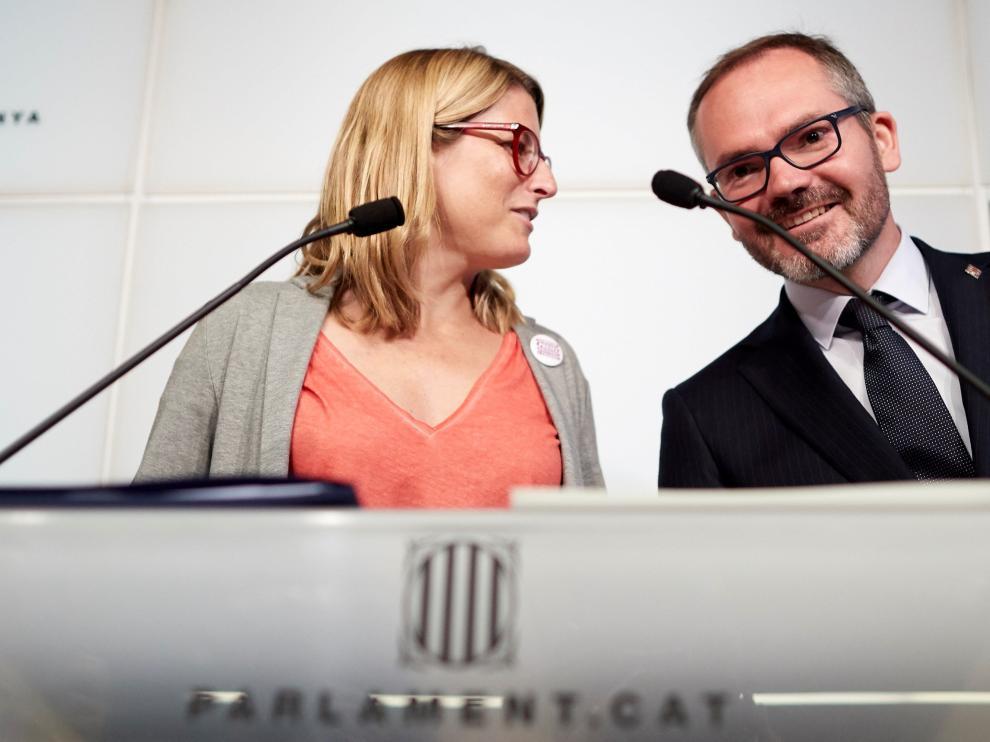 Elsa Artadi y Josep Costa durante la rueda de prensa ofrecida este lunes en el Parlament.