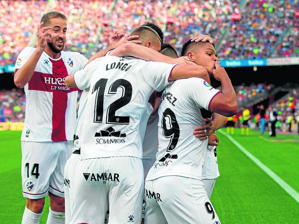 Varios jugadores del Huesca abrazan a Cucho Hernández tras el gol del joven delantero colombiano que supuso el 0-1.