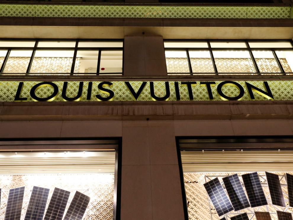 Letrero de una tienda de Loius Vuitton.